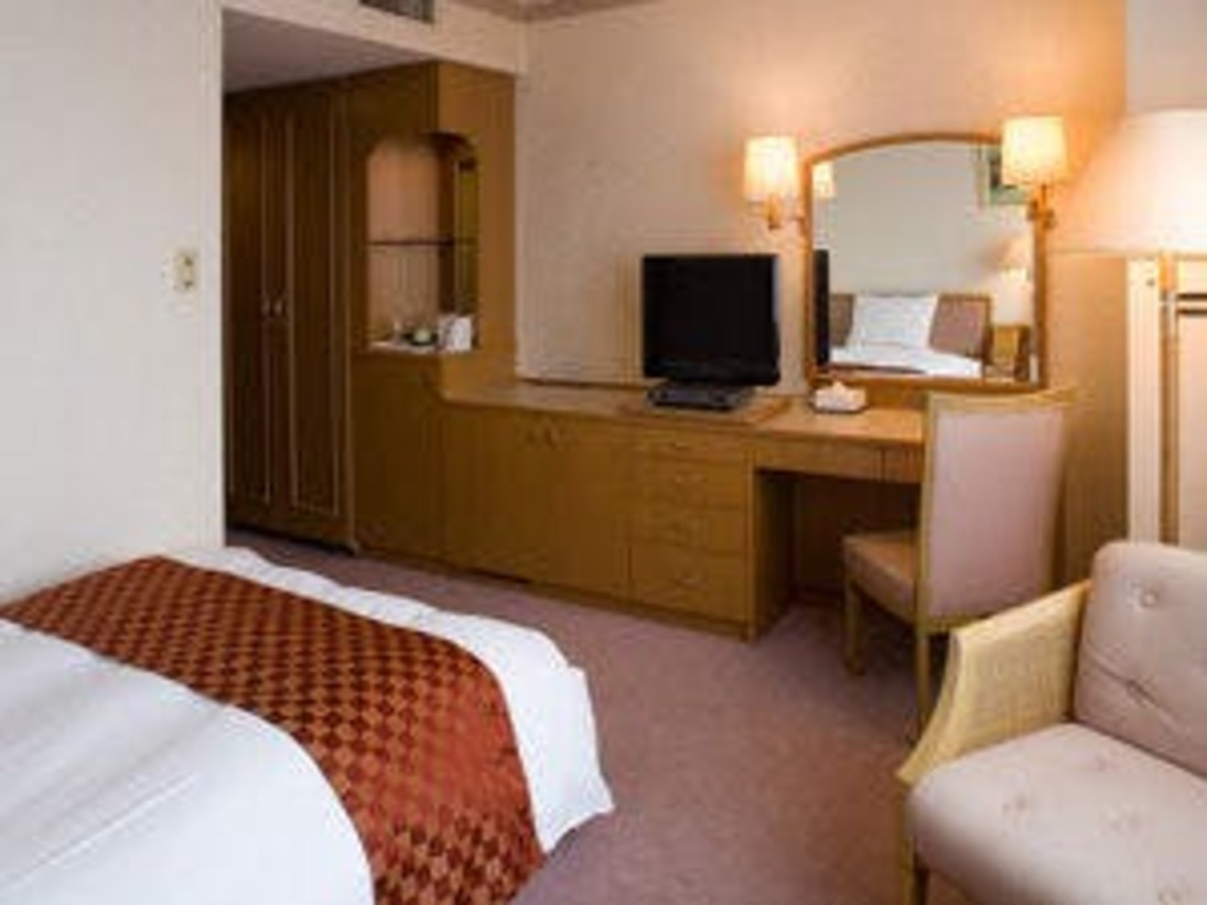 シングルルーム20平米。セミダブルサイズのベッドにて、お仕事や旅の疲れを癒しごゆっくりお過ごし下さい。