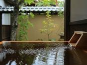 【貴賓室「桜御殿」】源泉かけ流しの露天風呂