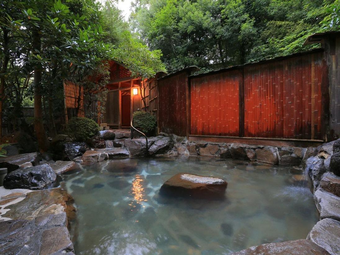露天風呂は情緒ある木の回廊を抜けた、緑の木々に囲まれた場所にございます。