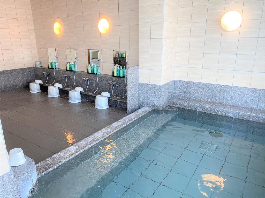 ラジウム人工温泉大浴場「旅人の湯」男女別 <利用時間>15時~2時、5時~10時 ●水当たりが軟らかく肌に潤いを与える人工温泉です。ミネラル成分が皮膚を刺激して、発汗作用を促し血液中のコレステロール、乳酸、毒素といわれる老廃物を汗とともに排出します