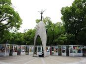 原爆の子の像(徒歩で約15分:日本国内をはじめ世界各国から折り鶴が捧げられています)