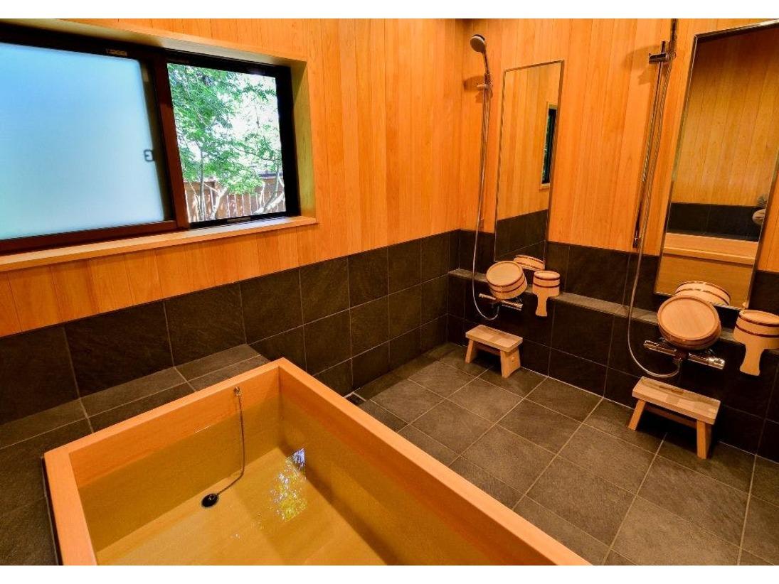 総檜風呂はフレッシュな檜の香りが心地よく、旅の疲れを心地よく癒やしてくれます。天智、天武、持統天皇が産湯に使ったと言われる霊泉が流れる三井寺での入浴は特別な意味が。