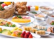朝は和洋取り揃えたブッフェスタイルの朝食。安曇野産コシヒカリのおかゆや、注文を受けて目の前でお作りする地卵のオムレツが人気です。
