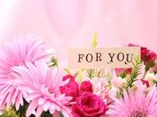 記念日プラン特典(イメージ)~メッセージカードを添えたフラワーアレンジメントをお部屋ご用意いたします。