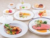 <上高地フレンチ・特選ディナー>料理長が厳選した贅沢な食材を使用して、スタンダードコースをグレードアップ。専属ソムリエが取り揃えた信州をはじめ世界各国のワインと共にお召し上がりください。