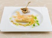 モッツアレラチーズとずわい蟹のボンボン仕立て、マスタードソース