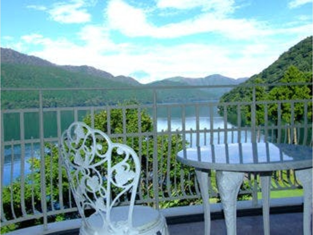 芦ノ湖畔にひっそりと佇むザ・プリンス箱根。お部屋からの芦ノ湖の眺望は、訪れる人々へ、「ほっ」という言葉を漏らします。