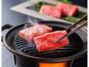【A5飛騨牛鉄板焼き】きめ細やかな美しい霜降りと、口当たりの柔らかい豊潤な味わいが特徴です。