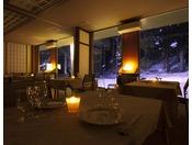 ライトアップされる森のレストラン。幻想的な景色の中にタヌキなどの野生動物がひょっこりと顔を出します。