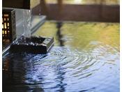 希少な自家源泉掛け流し100%。透明度の高い澄んだお湯はアルカリ性の高い美肌の湯です。