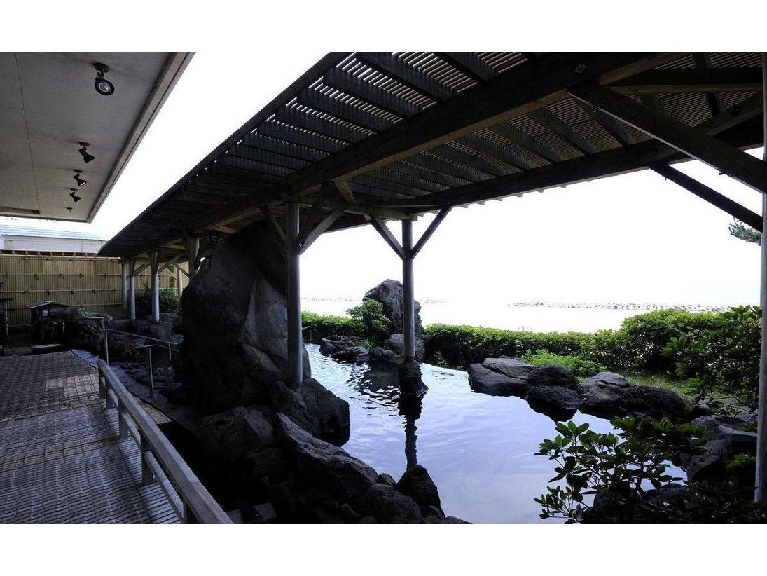 「そよ風館」にある日本海に面する露天風呂から沈む夕陽を堪能できる殿方露天風呂「雄」