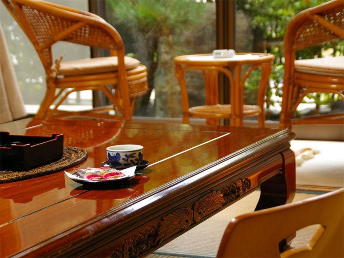 【客室例】お部屋の窓からは松林越しに琵琶湖が広がります。ご家族やご夫婦・恋人と、静かなご滞在をどうぞ
