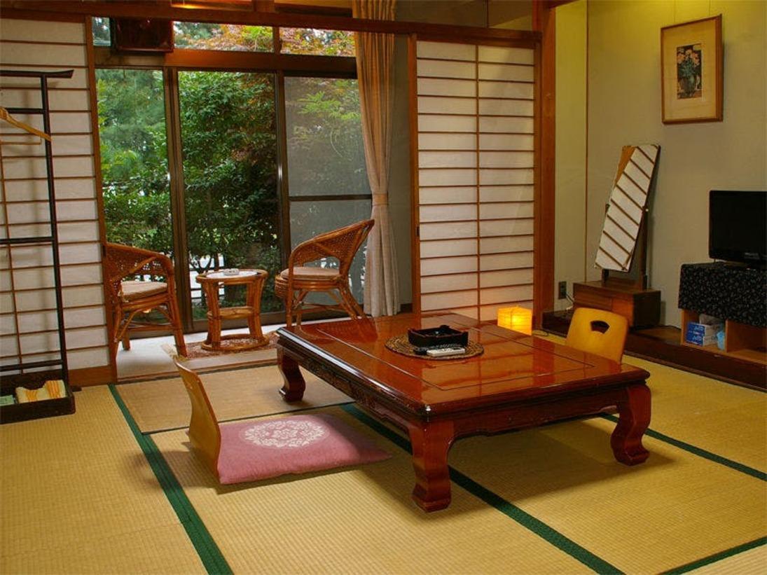 【客室(一例)】1日4組限定。お部屋の窓からは松林越しに琵琶湖が。