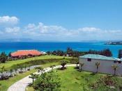 わずか14棟の客室から臨む東シナ海。どこまでも澄んだ青のグラデーションをご堪能ください。