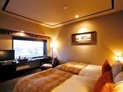 【ツイン/24平米】ベッドに座ったまま大きい窓から眺望をお愉しみ頂けます。