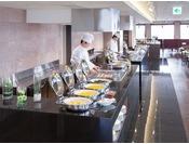 ご朝食は、16階KENROKUにてブッフェをお召上がりいただけます。ホテル目の前近江町市場直送の魚介類をはじめ、新鮮な金沢野菜などを取り入れた品数豊富な手作り料理がいっぱい。お好きなお刺身をご飯にのせた「勝手丼」は人気メニューの一つです。