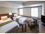 【デラックスツイン】・客室面積:約24平米・ベッドサイズ:幅105cm×長さ203cm×2基(シモンズ製)+エキストラベッドお友達同志や家族旅行に最適。機能性と落ち着きを併せ持つスタンダードなツインルームです。