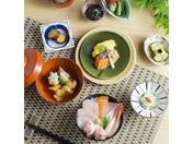 ご朝食は、16階KENROKUにてブッフェをお召上がりいただけます。ホテル目の前の近江町市場直送の魚介をはじめ、新鮮な加賀野菜をふんだんに使った心のこもった手作り料理をご提供致します。新鮮なお刺身をのせた「勝手丼」は人気メニューの一つです。