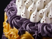 ハロウィーンカラーの薔薇を模ったクリームの中、おばけの行進をイメージした限定デコレーションケーキ!(イメージ)