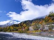 ホテル外観と紅葉の様子~対岸の梓川河畔より。