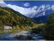 穂高橋からの秋景。ホテルを取り巻く紅葉と初冠雪の穂高連峰。(2012年10月24日、8:30AM)