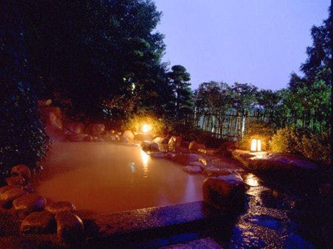 一の湯◆有馬の金泉を湛えた露天風呂の夕景