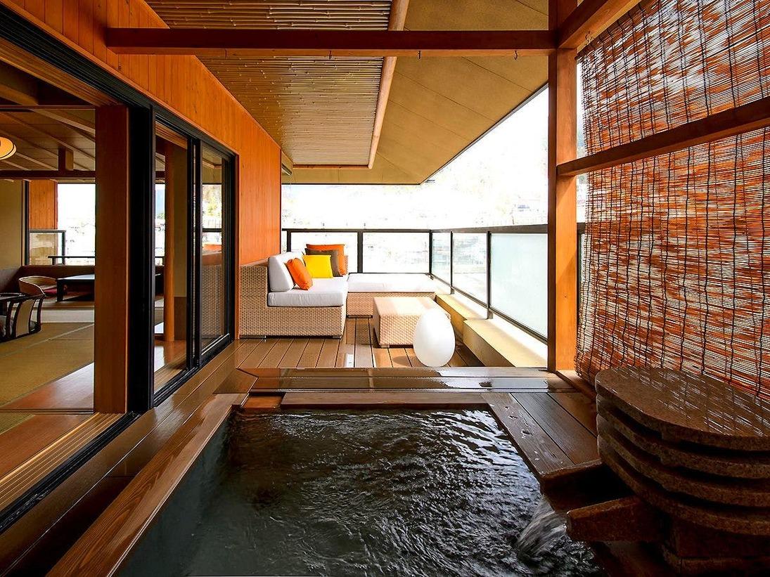 【燈火亭・露天風呂付き客室B(10畳+4.5畳+掘りごたつ)】10畳と4.5畳の和室に露天風呂・掘りごたつ付のゆったりした客室です。