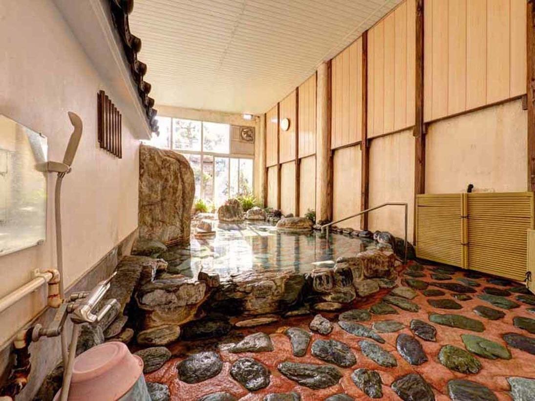 *女湯/自然石をふんだんに使用した岩風呂。