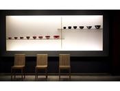 赤と黒のコントラストで彩られた輪島塗の漆器が和の趣を感じさせます。