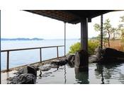 情緒あふれる岩風呂に浸かりながら、開放的な景色をお愉しみください。