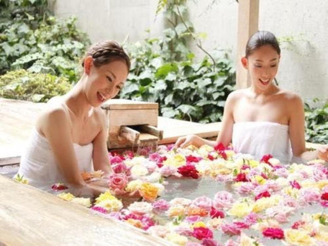 讃水館1階大浴場 バラ風呂でお姫様気分を