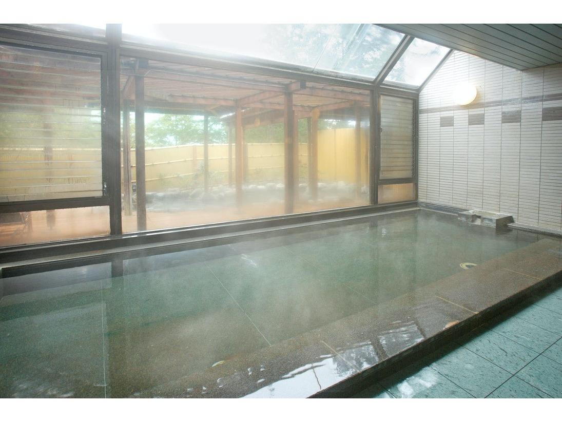 県内でも珍しい弱酸性泉の蓼科三室源泉。内湯は源泉かけ流しで、身体の芯からポカポカと温まります。