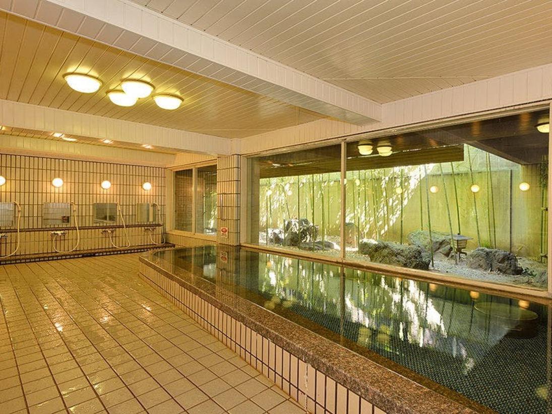 【大浴場:紫雲の湯】京情緒あふれる枯山水の坪庭を眺めながらの入浴は旅の疲れを癒してくれます。