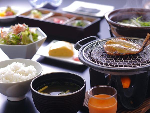 だし巻き卵や小鉢三種など品数豊富な和朝食