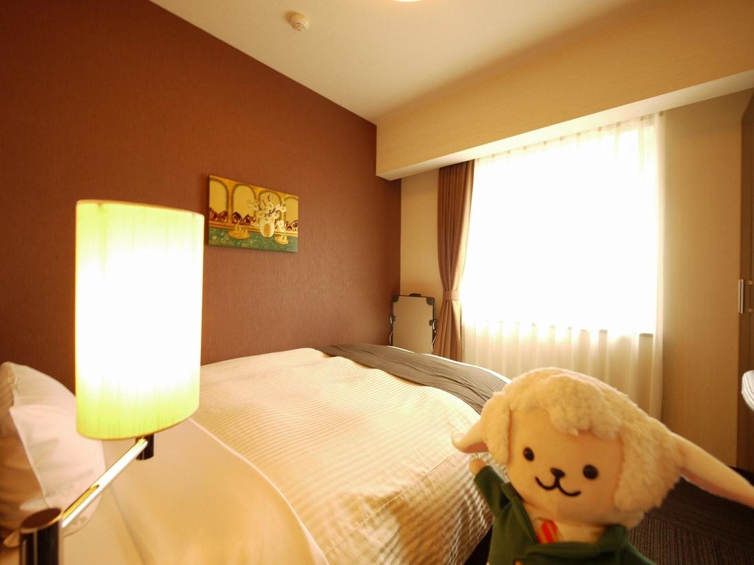 スタンダードシングル・・・140cm幅のベッドを独り占め!広々と大の字でお休みいただけます。お部屋の広さは6.3畳でございます。