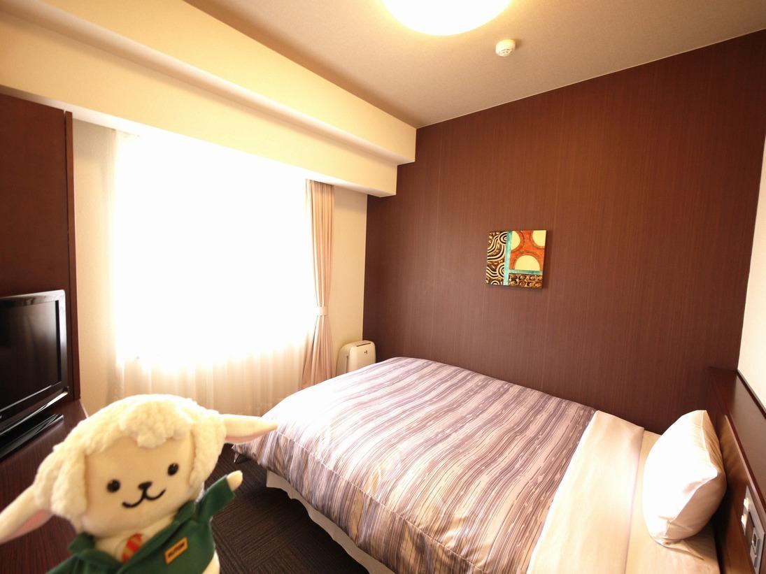 コンフォートシングル・・・140cm幅のベッドを独り占め!広々と大の字でお休みいただけます。お部屋の大きさは6.3畳でございます。