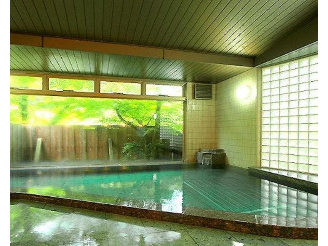【内風呂】美しい木漏れ日が差し込む