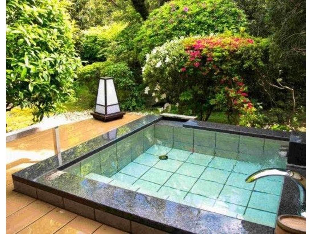 お庭を眺めながらのんびり湯三昧