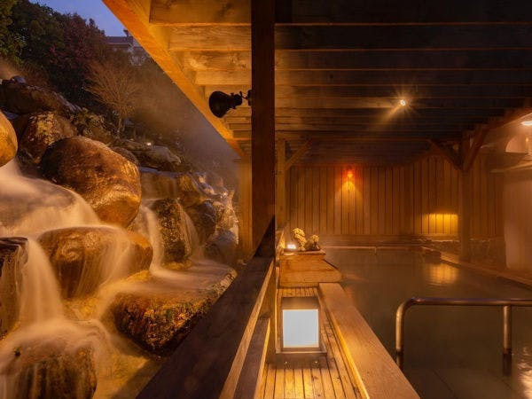 天空の滝を望める露天風呂(寝湯・浅湯)夜