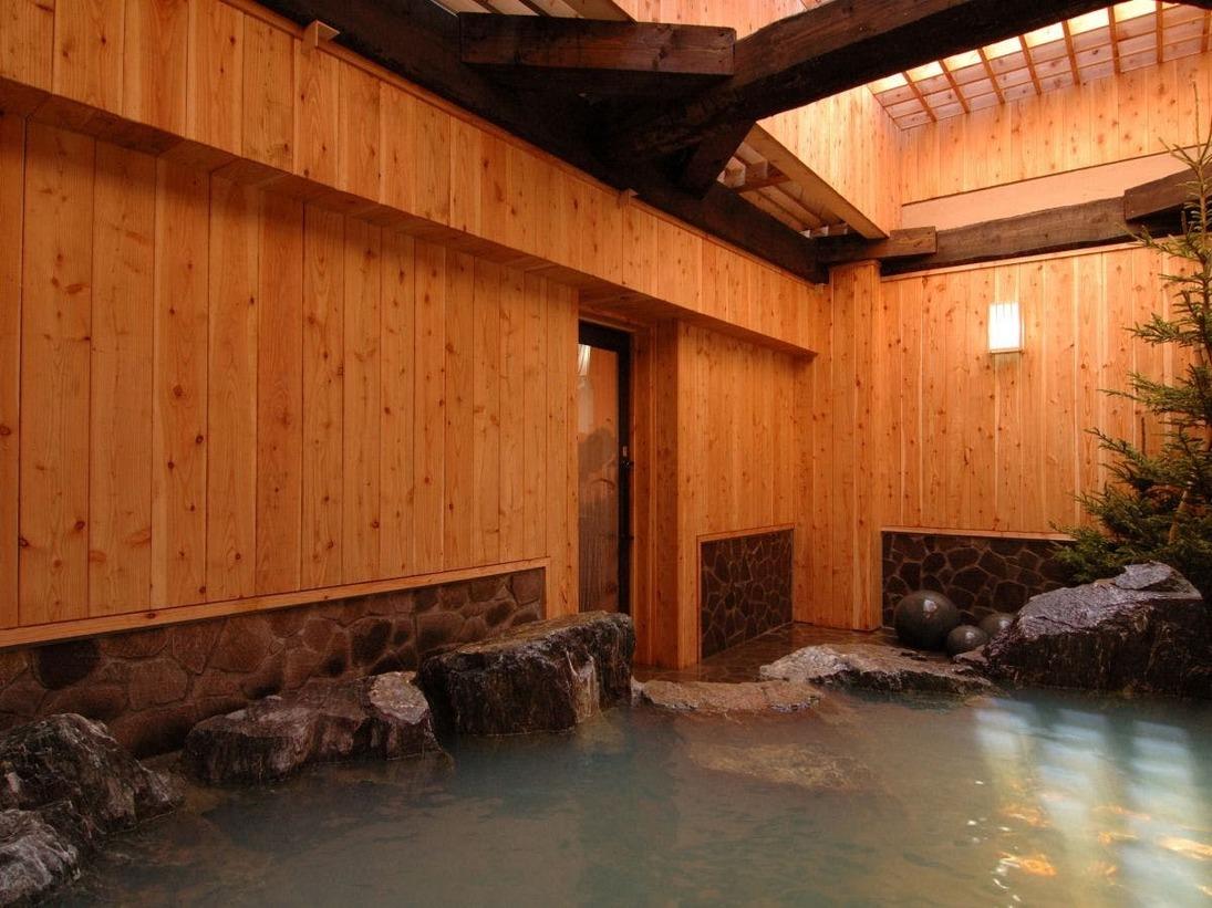 源泉かけ流し100%の露天風呂。岩風呂をお楽しみください。