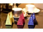 能登の紅茶、加賀棒茶、三つ葉煎茶の3種類をお部屋にご用意しております。