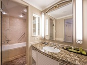 デラックスルーム(キング、ツイン)バスルーム
