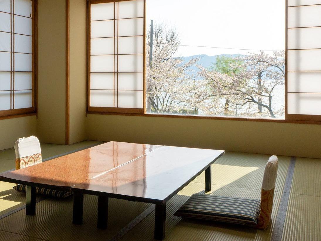【諏訪湖一望◇湖側】春は湖岸通り沿いの桜も綺麗です。