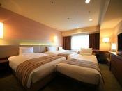 ラージツインルーム 33.6平米ツインベッドにエキストラベッドを入れて最大4名様でご利用いただけるお部屋です。