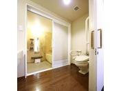 ユニバーサルツインルーム バスルームとトイレが別になりバスルームは洗い場つきで車イスでも使いやすい仕様となっております。