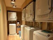 男女別大浴場内にございます。洗剤は無料・乾燥機は有料となります。(100円20分)