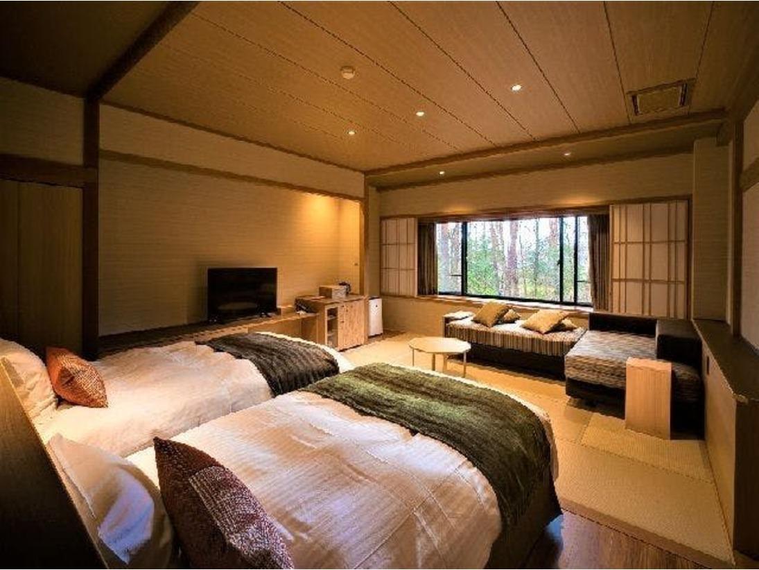 ゆったりとした42平米以上の広さ、シャワー付きの和洋室です。ベッドはセミダブルサイズ(120cm)で、快適にお過ごしいただけます。畳敷きの居間は10畳ほど、デイベッドに腰をおろしてリラックスと団らんのひと時をお過ごしください。