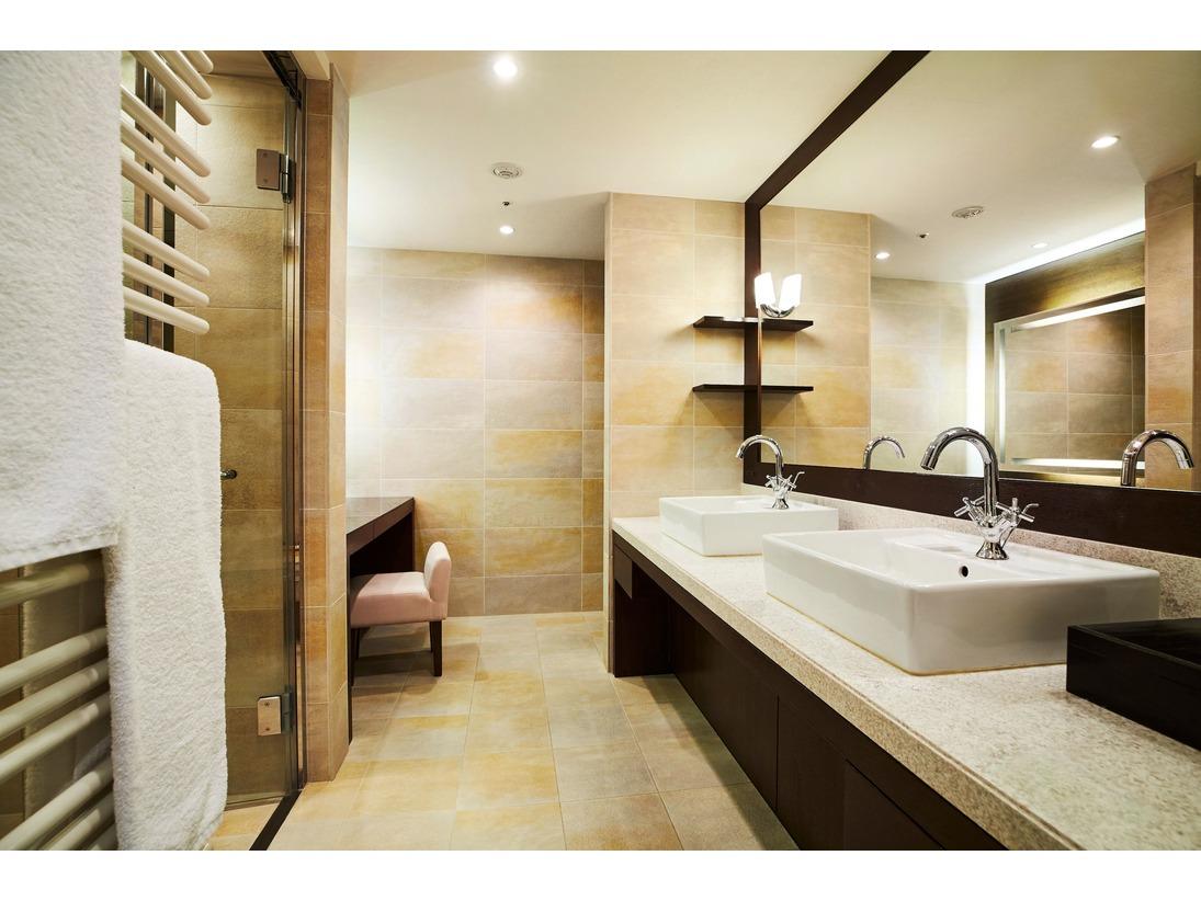 バスルームは洗い場と浴槽が独立したタイプ。ベーシンを2つ備えたお部屋もございます。
