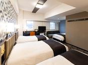 【フォースルーム】広さ32平米・ベッド幅110cm×4台充電に便利な枕元コンセント完備・Wi-Fi接続無料