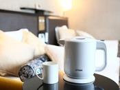 【ケトル】温かいお茶・コーヒーが飲めるように、電気ケトル(ポット)・マグカップをご用意しています。